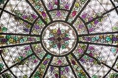 Kleurrijk Bloemengebrandschilderd glasvenster die omhoog eruit zien Royalty-vrije Stock Foto's