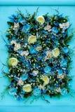Kleurrijk bloemstuk van blauwe rozen en andere bloemen royalty-vrije stock foto
