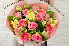 Kleurrijk boeket van bloemen in roze schaal stock afbeeldingen