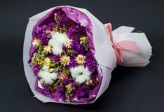 Kleurrijk boeket van droog wildflowers en katoen stock fotografie