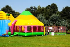Kleurrijk bouncykasteel en speelplaats, Tamworth Stock Fotografie