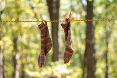Kleurrijk brei sokken met de hand die op de drooglijn hangen te drogen stock foto's