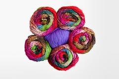Kleurrijk breiend garen Stock Foto's