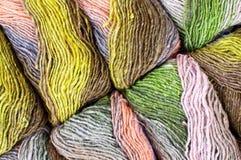 Kleurrijk breiend garen - patroonachtergrond Stock Afbeeldingen