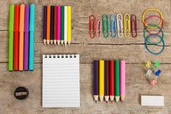 Kleurrijk bureau met een blocnote, pencins en ander materiaal Stock Foto