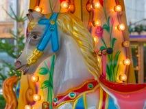 Kleurrijk carrousel of vrolijk-gaan-rond paard bij de Kerstmismarkt Stock Foto's