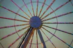 Kleurrijk centrum spokes van een wiel van toeristische attractieferris royalty-vrije stock afbeeldingen
