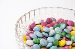 Kleurrijk chocoladesuikergoed in een kristalkom Royalty-vrije Stock Foto