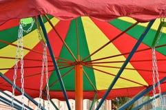 kleurrijk dak van de carrousel met kettingen - een aantrekkelijkheid voor kinderen stock foto