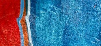 Kleurrijk de graffitifragment van de straatkunst op geschilderde pleistermuur in de stad stock foto's