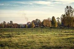 Kleurrijk de herfstlandschap in zonnige dag stock afbeelding