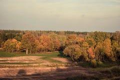 Kleurrijk de herfstlandschap in zonnige dag royalty-vrije stock fotografie
