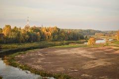 Kleurrijk de herfstlandschap in zonnige dag royalty-vrije stock foto's