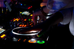 Kleurrijk de muziekdek van DJ bij nacht Royalty-vrije Stock Foto's