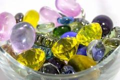 Kleurrijk decoratief kunstmatig stenenclose-up in een vaas stock fotografie