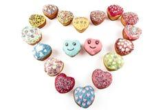Kleurrijk die hart van muffins op witte achtergrond wordt gemaakt royalty-vrije stock afbeeldingen