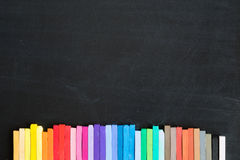 Kleurrijk die krijt op bord achtergrondbanner wordt opgesteld Royalty-vrije Stock Afbeeldingen