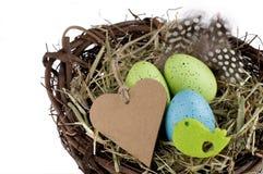 Kleurrijk die Pasen-nest met karton op wit wordt geïsoleerd Royalty-vrije Stock Foto