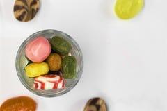 Kleurrijk die suikergoed in een glasvaas wordt opgestapeld Stock Afbeeldingen