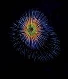 Kleurrijk die vuurwerk in Valletta, Malta, vuurwerkfestival 2015 in Malta, vuurwerk in Valletta op donkere achtergrond met t word Stock Fotografie