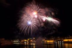 Kleurrijk die vuurwerk in Valletta, Malta, vuurwerkfestival 2015 in Malta, vuurwerk in Valletta op donkere achtergrond met t word Royalty-vrije Stock Afbeelding