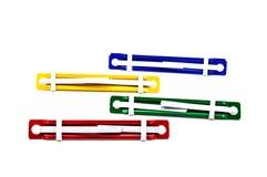 Kleurrijk document bevestigingsmiddelen blauw geelgroen die rood in ISO wordt gescheiden stock afbeeldingen