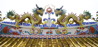 Kleurrijk draakstandbeeld op dak van tempel Royalty-vrije Stock Foto's