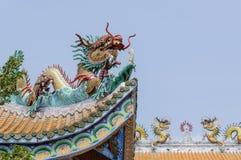 Kleurrijk draakstandbeeld op het dak Stock Foto
