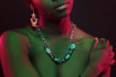 Kleurrijk en creatief portret van het hogere lichaam van de Afrikaanse vrouw met donkere huid Royalty-vrije Stock Foto's