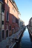 Kleurrijk en Pictureque Buidings in een Mooie Gang langs Fondamenta Fornace langs het Kanaal Del Rio Fornace In Venice stock fotografie