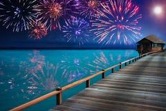 Kleurrijk feestelijk vuurwerk over de oceaan Stock Afbeelding
