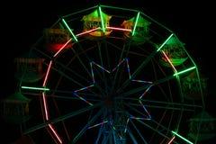 Kleurrijk ferriswiel bij nachtpretpark Royalty-vrije Stock Afbeeldingen