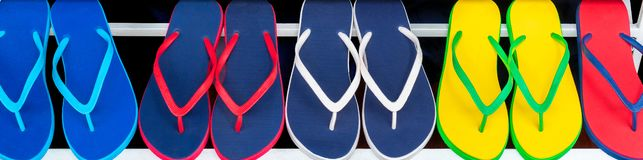 Kleurrijk Flip Flops Sandals op Vertoning voor Verkoop in een Winkel royalty-vrije stock foto's