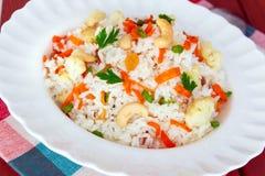 Kleurrijk Fried Rice Served in een Witte Plaat Royalty-vrije Stock Afbeelding