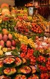 Kleurrijk fruit en plantaardige marktkraam royalty-vrije stock afbeelding