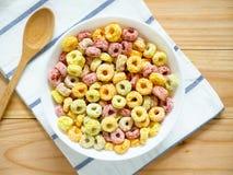 Kleurrijk fruitig ontbijtgraangewas in een kom royalty-vrije stock fotografie