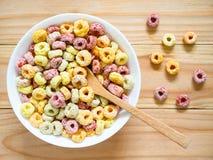 Kleurrijk fruitig ontbijtgraangewas in een kom stock afbeelding