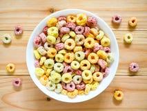 Kleurrijk fruitig ontbijtgraangewas in een kom royalty-vrije stock afbeelding