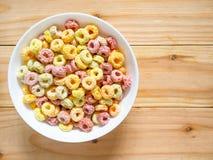 Kleurrijk fruitig ontbijtgraangewas in een kom stock afbeeldingen
