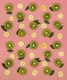 Kleurrijk fruitpatroon van verse kiwi en banaanplakken op roze achtergrond stock afbeeldingen