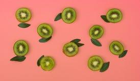 Kleurrijk fruitpatroon van verse kiwiplakken op roze achtergrond stock fotografie
