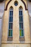 Kleurrijk gebrandschilderd glas in een kerk architecturaal detail Royalty-vrije Stock Foto