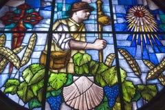 Kleurrijk gebrandschilderd glasvenster in kerk in Granon stock foto's