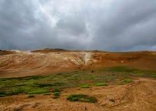 Kleurrijk geothermisch gebied van Leirhnjukur op Krafla-gebied dichtbij Myvatn-meer, Noord-IJsland, Europa royalty-vrije stock afbeelding