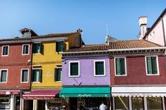 Kleurrijk geschilderde huizen op Burano-eiland, Italië Stock Afbeeldingen