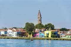 Kleurrijk geschilderde huizen op Burano-eiland, Italië en de Toren van de Kerk van San Martino Royalty-vrije Stock Foto's