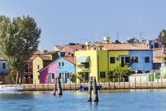 Kleurrijk geschilderde huizen op Burano-eiland, Italië en de Toren van de Kerk van San Martino Stock Afbeeldingen
