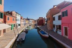 Kleurrijk geschilderde huizen op Burano, Venetië, Italië Stock Afbeelding