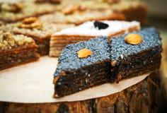 Kleurrijk gezond eigengemaakt suikergoed met noten, droge vruchten en kruiden royalty-vrije stock foto