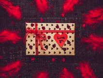 Kleurrijk giftvakje en document hart met woorden van liefde stock afbeeldingen